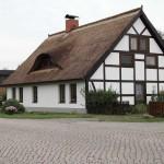 schoenes Haus mit Reetdach
