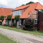altes Haus hinter dem Deich