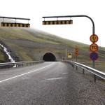 Verkehrsschilder vor dem Tunnel, er war nur für Fußgänger und Pferdewagen gesperrt