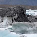 mit Asche bedeckter Eisberg