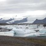 Eisberge treiben das ganze Jahr über in der Lagune