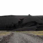 eine imposante schwarze Lavawand