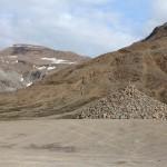 von Touristen errichteter Hügel aus Steinen