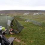 Camping an einem dampfenden und warmen Bach