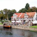"""Wanfried, Werrakahn """"Wisera""""                              vor historischen Schlagdhäusern"""