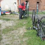 Helmut baute sein Fahrrad wieder zusammen
