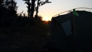 Sonnenuntergang und Zelt