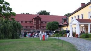 Konzertgäste am Gutshaus Stolpe