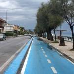 Strandstraße mit breitem Radweg